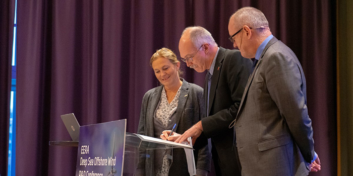 President at DTU, Anders Bjarklev, signs the agreement with SINTEF